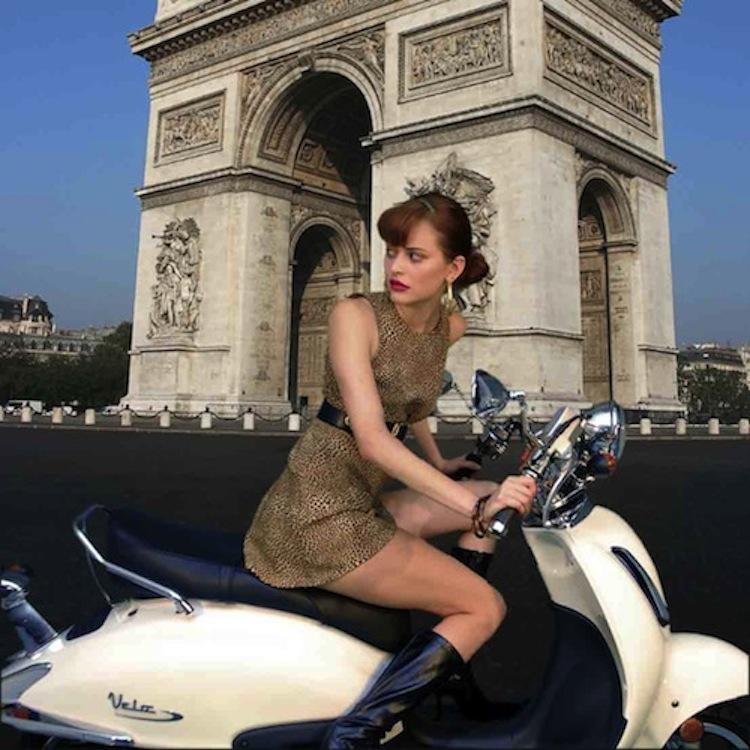 Arch De Triump Scooter Woman